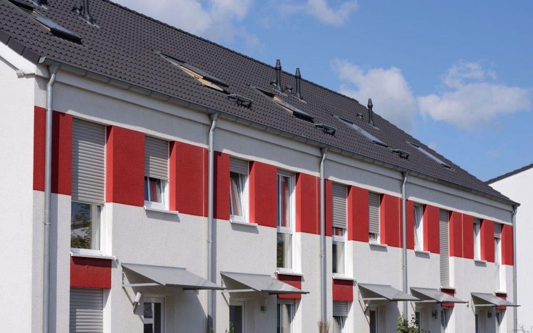 Dom szeregowy czy mieszkanie w bloku: jak wybrać i co wziąć pod uwagę?